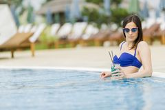 Jonge vrouw in de pool Royalty-vrije Stock Foto's