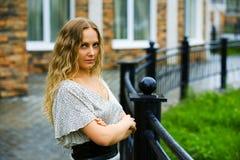 Jonge vrouw in de regen. royalty-vrije stock afbeelding