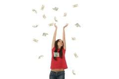 Jonge vrouw in de regen van het poetsmiddelgeld stock foto