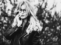 Jonge vrouw in de stad, de zomertijd, zwart-wit beeld Stock Foto's