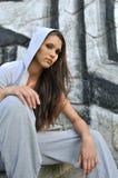 Jonge vrouw in de stijl van de heuphop Stock Foto's