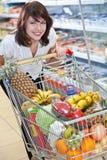 Jonge vrouw in de supermarkt Royalty-vrije Stock Foto's