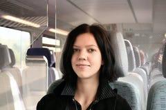 Jonge vrouw in de trein Royalty-vrije Stock Afbeeldingen