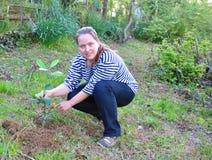 Jonge vrouw in de tuin Rusland Royalty-vrije Stock Afbeeldingen