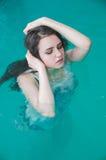 Jonge vrouw in de waterpool Stock Afbeeldingen