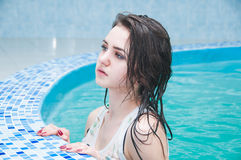 Jonge vrouw in de waterpool Royalty-vrije Stock Afbeeldingen