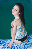 Jonge vrouw in de waterpool Stock Fotografie