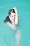 Jonge vrouw in de waterpool Stock Foto