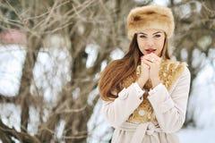 Jonge vrouw in de winter met handen naast haar gezicht - sluit Royalty-vrije Stock Fotografie