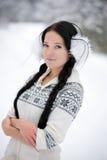 Jonge vrouw in de winterbos Royalty-vrije Stock Fotografie
