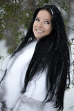 Jonge vrouw in de winterbos Royalty-vrije Stock Foto