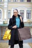 Jonge vrouw in de winterdag stock fotografie