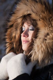 Jonge vrouw in de winterhout. Stock Afbeeldingen