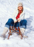 Jonge vrouw in de winterkleding Stock Foto