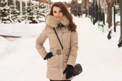 Jonge vrouw in de winterpark Royalty-vrije Stock Foto