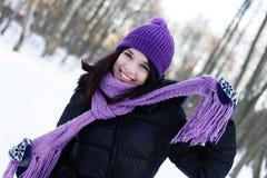 Jonge vrouw in de winterpark Stock Fotografie
