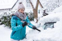 Jonge vrouw in de wintersprookjesland in de sneeuw stock foto's