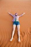 Jonge vrouw in de woestijn Royalty-vrije Stock Foto
