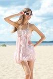 Jonge vrouw in de zomerkleding Stock Foto's