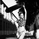 Jonge vrouw in de zomerkleding Stock Foto