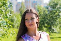 Jonge vrouw in de zomerpark Stock Afbeelding
