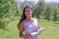Jonge vrouw in de zomerpark Royalty-vrije Stock Foto's
