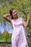 Jonge vrouw in de zomerpark Royalty-vrije Stock Foto