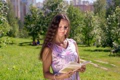 Jonge vrouw in de zomerpark Royalty-vrije Stock Afbeeldingen