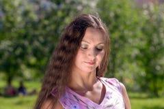 Jonge vrouw in de zomerpark Stock Fotografie