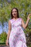 Jonge vrouw in de zomerpark Royalty-vrije Stock Afbeelding