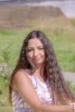 Jonge vrouw in de zomerpark Royalty-vrije Stock Fotografie