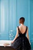 Jonge vrouw dichtbij bad royalty-vrije stock afbeelding
