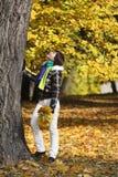 Jonge vrouw dichtbij de boom Royalty-vrije Stock Afbeelding