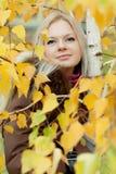 Jonge vrouw dichtbij de boom Royalty-vrije Stock Foto