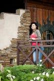 Jonge vrouw dichtbij de deur Royalty-vrije Stock Foto