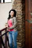 Jonge vrouw dichtbij de deur Royalty-vrije Stock Afbeelding