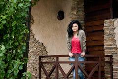 Jonge vrouw dichtbij de deur Stock Afbeelding