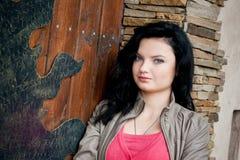 Jonge vrouw dichtbij de deur Stock Foto's
