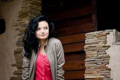 Jonge vrouw dichtbij de deur Royalty-vrije Stock Fotografie