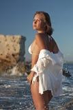 Jonge vrouw dichtbij het overzees Stock Afbeelding