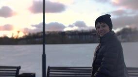 Jonge vrouw die aan camera in het de winterpark spreken stock footage