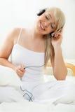 Jonge vrouw die aan de muziek luisteren stock foto
