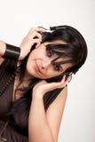 Jonge vrouw die aan de muziek luistert Stock Afbeelding