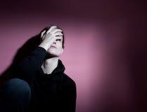 Jonge vrouw die aan depressie lijdt Royalty-vrije Stock Foto's