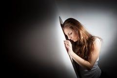 Jonge vrouw die aan een strenge depressie lijdt, anx royalty-vrije stock afbeelding