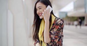 Jonge vrouw die aan een vraag op mobiel haar luistert stock videobeelden