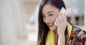 Jonge vrouw die aan een vraag op mobiel haar luistert stock footage