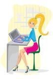 Jonge vrouw die aan haar laptop werkt Stock Afbeeldingen