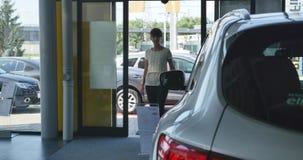 Jonge vrouw die aan het autohandel drijven komen stock footage