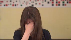Jonge Vrouw die aan Hoofdpijn lijdt Beklemtoond meisje wat betreft haar tempels wegens sterke hoofdpijn stock footage